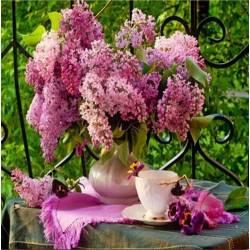 Романтичная сирень и чашка чая